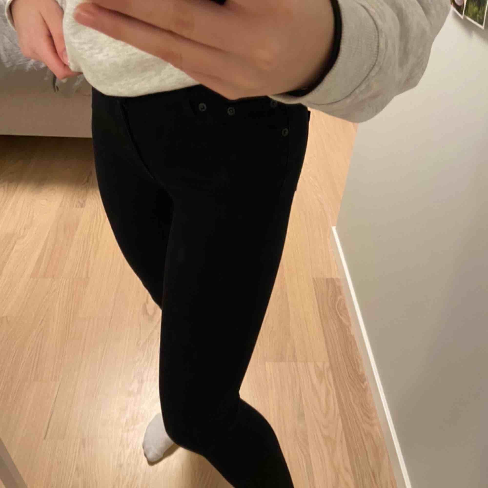 Jättesnygg och sköna jeans som sitter perfekt. Sparsamt använda. Från märket crocker men köpta på JC. Frakt 60kr. Jeans & Byxor.