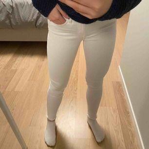 Superskönt vita jeans från crocker, köpta på JC. Längden är 34 men har klippt av dem själv (sista bilden) så dem är därför kortare och sitter bra på mig som är 165. Frakt 60kr