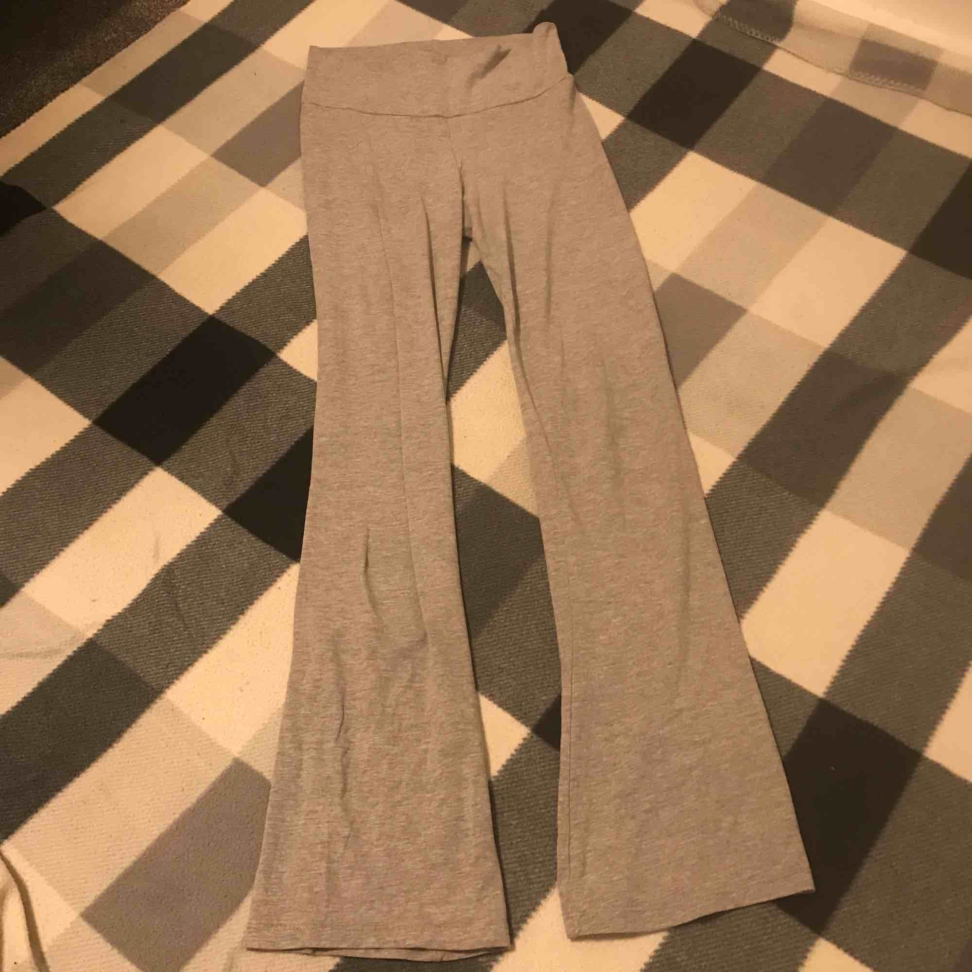 Gråa yoga pants  Den har inga hål eller fläckar   Storlek xs   Original pris 350kr. Jeans & Byxor.