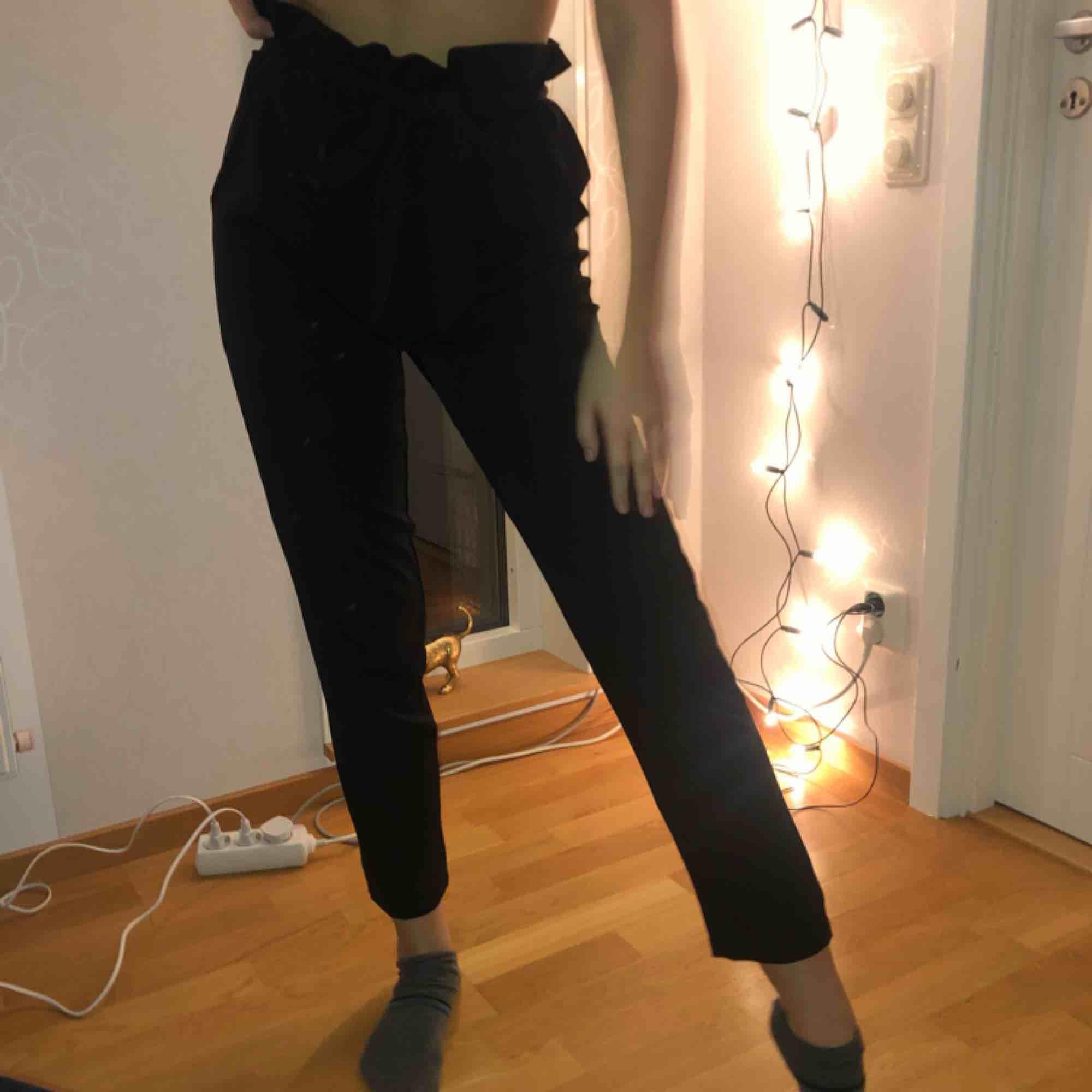 Svarta kostymbyxor från Dennis Maglic, nästan oanvända. Köparen står för frakt💓. Jeans & Byxor.