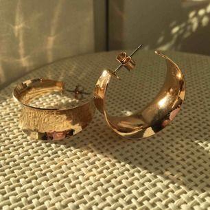 Guldfärgade örhängen 💕 Frakt på några kronor tillkommer.