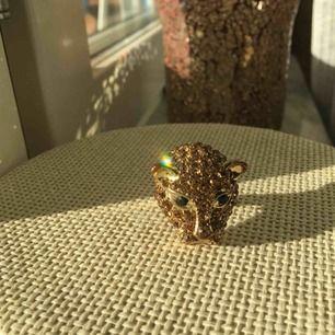 Superblingig guldig ring. Blänger som satan i solljus (bättre än på bild). Justerbar i storlek ✨✨✨✨ Frakt blir några kronor extra!
