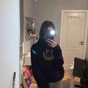 säljer min hoodie pga att jag aldrig använt den! den är i färgen mörkblå, men nästan svart. från killavdelningen på h&m och i storlek xs💞 nypris: 249kr