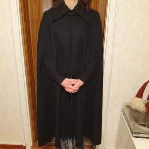 Äkta Kaunotar Finn Fashion kappa i storlek S/M Den är i nyskick