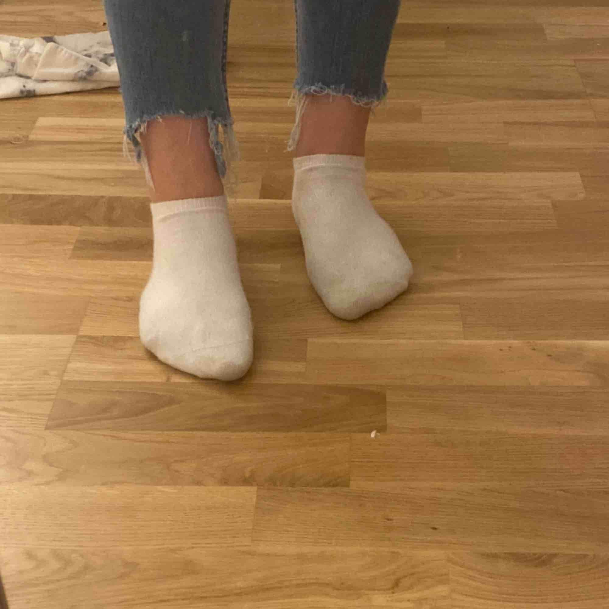 Snygga basic jeans med slitning vid fötterna från Lager 157. Jag är 170 cm lång. 🤩. Jeans & Byxor.