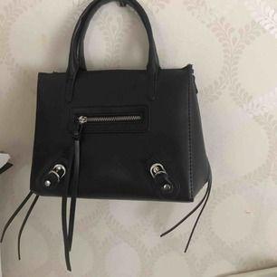 Säljer nu denna väska från Nelly som inte är tillgänglig längre! Kommer tyvärr inte till användning. Inköpt för 399kr. Använt försiktigt. Bagstrap köpes separat. Högst bud får väskan!💜💜👑