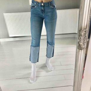 Häftiga jeans från Mango med omvänt tyg nertill! Go passform, och använda väldigt få gånger! Köparen står för frakt!🦋 Pris kan diskuteras!
