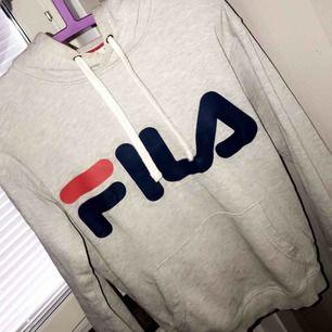 fila hoodie, fint skick 600kr orginal pris, jag säljer för 250kr 🥰  frakt ingår priset🥰