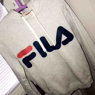 fila hoodie, fint skick 600kr orginal pris, jag säljer för 250kr 🥰  frakt ingår ej i priset🥰