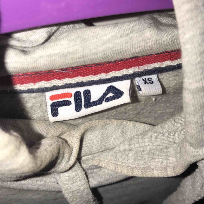 fila hoodie, fint skick 600kr orginal pris, jag säljer för 250kr 🥰  frakt ingår ej i priset🥰. Huvtröjor & Träningströjor.