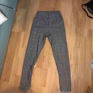 Dom här byxorna är använda ett fåtal gånger. Är från Kappahl och kostade 300 kr. Så passa på.