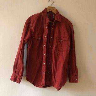 Äldre Levis jeansskjorta i väl använt och snyggt urtvättat skick. Andra sortering, tags bortklippta från fabrik. Kan hämtas i Uppsala eller skickas mot faktkostnad.