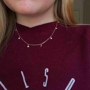 Superfint trendigt halsband som inte kommer till användning❣️ guldigt med silverdetaljer. frakt tillkommer på 9kr☺️