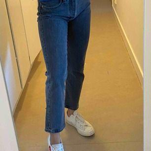 Ett par gråa Levis jeans, sparsamt använda. Nypris ligger på 1145kr.