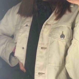 Jeansjacka från h&m! Använd typ 1 gång ⚡️ strl XXS men passar XXS-S skitsnygg att ha över hoodies då den är lite oversized