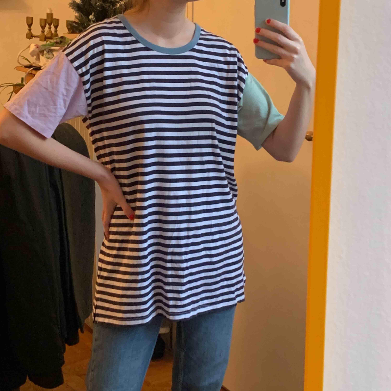 Oversized 90s T-shirt med en grön och En lila arm samt att Halsen har en blå rand. Storlek 36, från Asos. Frakt 42kr, allt som allt 150kr!. T-shirts.