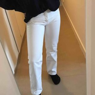 Vita weekday jeans i modellen voyage, knappt använda!!