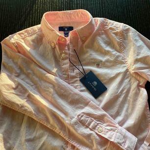 Oanvänd ljusrosa gant skjorta storlek 140 men xs/s funkar lika bra köparen står för frakt eller mötas upp i Sthlm 💕