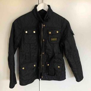Barbour jacket international quilt i jättefint skick! Barn strl L, motsvarar kanske XXS/XS vuxen (jag har Xs i vanliga fall och den passar kroppen men är lite kort i ärmarna)
