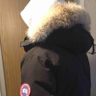 Canada Goose Chateau Parka Storlek: S Färg: Svart  Använd 1 vinter (ser ut som ny) VET EJ om jackan är äkta men PÄLSEN ÄR ÄKTA 100%!!! (Köptes separat)