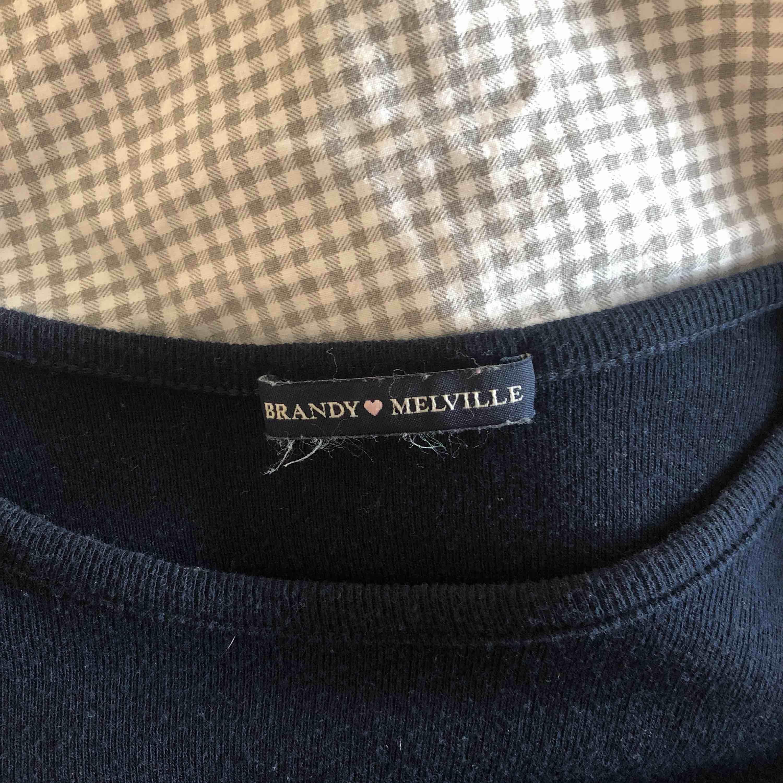 Super fin t-shirt från brandy Melville. As härligt material använd fåtal gånger toppen skick. Förhandling om frakt. T-shirts.