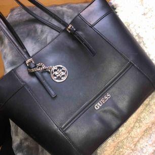 Säljer en väska från guess, riktigt fin och rymlig, en perfekt väska till skolan. Den är använd, vilket syns på banden, därutav det billiga priset.👍🏼 (den är äkta)