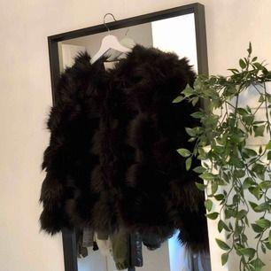 En perfekt fuskpäls jacka i svart! Använd endast ett fåtal gånger  Det finns ett knäppe upptill så att man kan stänga jackan  Perfekt till finare tillfällen men även fin till vardags!