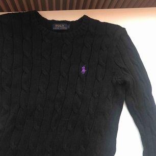 Kabelstickad tröja från Ralph Lauren i Small, superfint skick, inte noppig alls, eller några hål🤩🤩 säljer pga att det inte riktigt är min stil💗💗