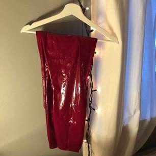 Röda lackbyxor som aldrig är använda (prislappen är kvar!!) dom är passar dig som är M gick upp en storlek eftersom den är små  Köparen står för frakten!!