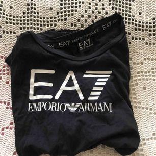 En Äkta Armani tröja ,som har en text på ryggen (andra bilden) inte sliten utan bra skick ,köpt för 550kr
