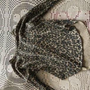 En leopard tröja , från Lindex. Den är lite längre där bak ,sitter bra och skön även väldigt bra skick