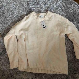 Cremevit stickat tröja i väldigt mjukt material. Aldrig använd, lappen kvar. Säljer pga inte riktigt min stil🥰 frakt kostar 79 kr.