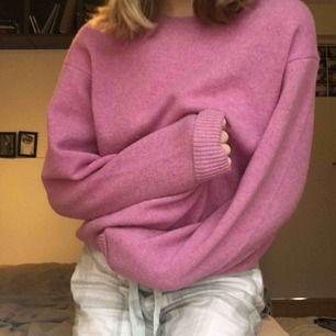 Säljer den jättefina rosa stickade tröjan från ett märke som heter uniqlo. Den är varm nu i vinter. Tillkommer frakt💕