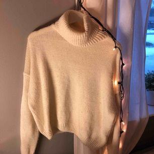 Vit stickad tröja med krage från NAKD som är jätte mysig och (INTE STICKIG)  Köparen står för frakten !!