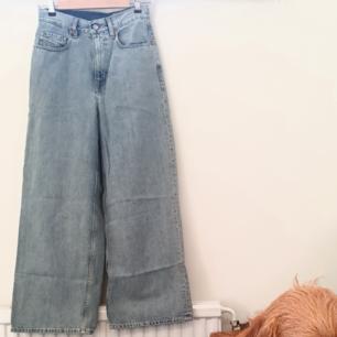 🌻snygga jeans från märket Diesel🌻köpte dem för 800 därav priset🌻använda 1 gång på grund av att dem är för stora för mig vid rumpan🌻passar mig bra i midjan och jag är en xs-s🌻var svårt att ta foto på dem så på första bilden kan man skymta min hund 😅🌻sista bilden visar storlekslappen🌻färgen är ljusare än på bilderna🌻frakten är INTE inräknat i priset🌻