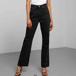 Svarta raka jeans från Weekday i modellen Row. Original pris: 500 kr Stl: W 26 L 30 Använda fåtal ggr, är i mycket fint skick!🥰