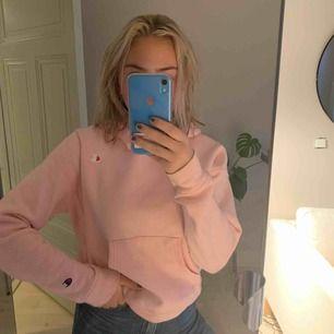 Näst intill oanvänd Champion-hoodie. Fin rosa färg passar till mycket, bekväm. Nypris 1045kr!  Möts upp i Stockholm eller fraktar, köparen står då för frakten!💕