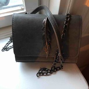 Snygg grå liten väska med metallfjäder. Mycket gott skick. Köpt från hemsida jag inte minns namnet på.