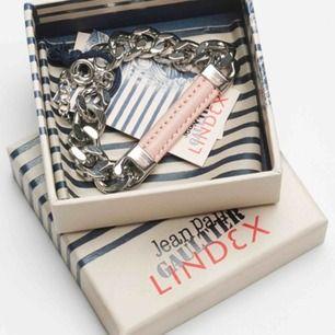 Jean Paul Gaultier Armband, sett andra sälja detta för 140-200kr på sellpy, tradera och andra säljsidor, men säljer denna för endast 110kr:)) Original låda medföljer
