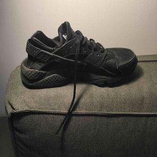 Svarta Nike Huarache. Knappt använda pga små i storleken. Köparen står för ev frakt, jag kan även mötas upp i Stockholm