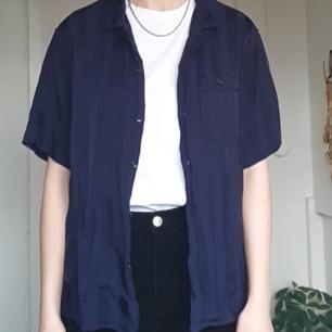 Snygg blårandig skjorta!! Fint skick! Frakten är inkluderad i priset :)
