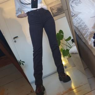 Snygga gråa rutiga byxor!! Smala runt låren och lösare runt vaden :) jag är 174 cm lång. Fint skick! Frakten är inkluderad i priset