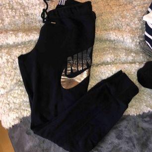 Svarta, tightare i modellen Nike mjukisbyxor! 👍🏼☺️