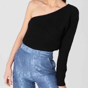 One shoulder knitted sweater. Sitter som en xs, slutsåld på hemsidan. Ifrån NA-KD, nypris 350kr. Frakt står köparen för på ca 40kr.