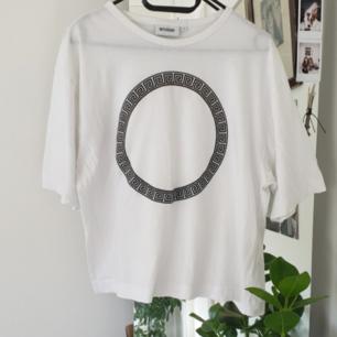 Vit t-shirt med tryck! Fint skick! Frakten är inkluderad i priset :)