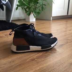 Adidas sneakers. Ej mycket använda, i gott skick.  Frakt tillkommer eller möts upp centrala Stockholm!