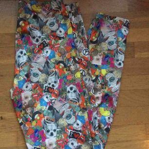 Mönstrade glansiga leggings i storlek 40, resår i midjan. Oanvända av tjejen jag köpte dem av. Säljes pga fel storlek. Frakt: 42 kr i postens påse 🌸