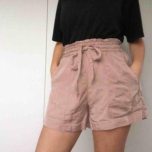 Puderrosa shorts med stora fickor. Använts en gång på skolavslutning och inte mycket mer! 100 inklusive frakt