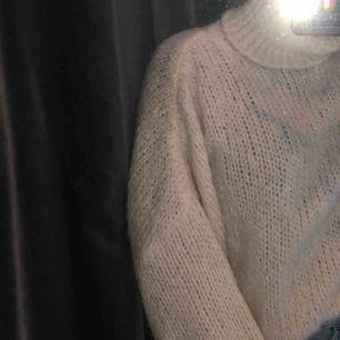Stickad tröja från chiquelle lite kort i modellen o så fin till vintern, köpt för 500kr. Har knappt använt den så tänkte att den gör mer nytta någon annan stans💖