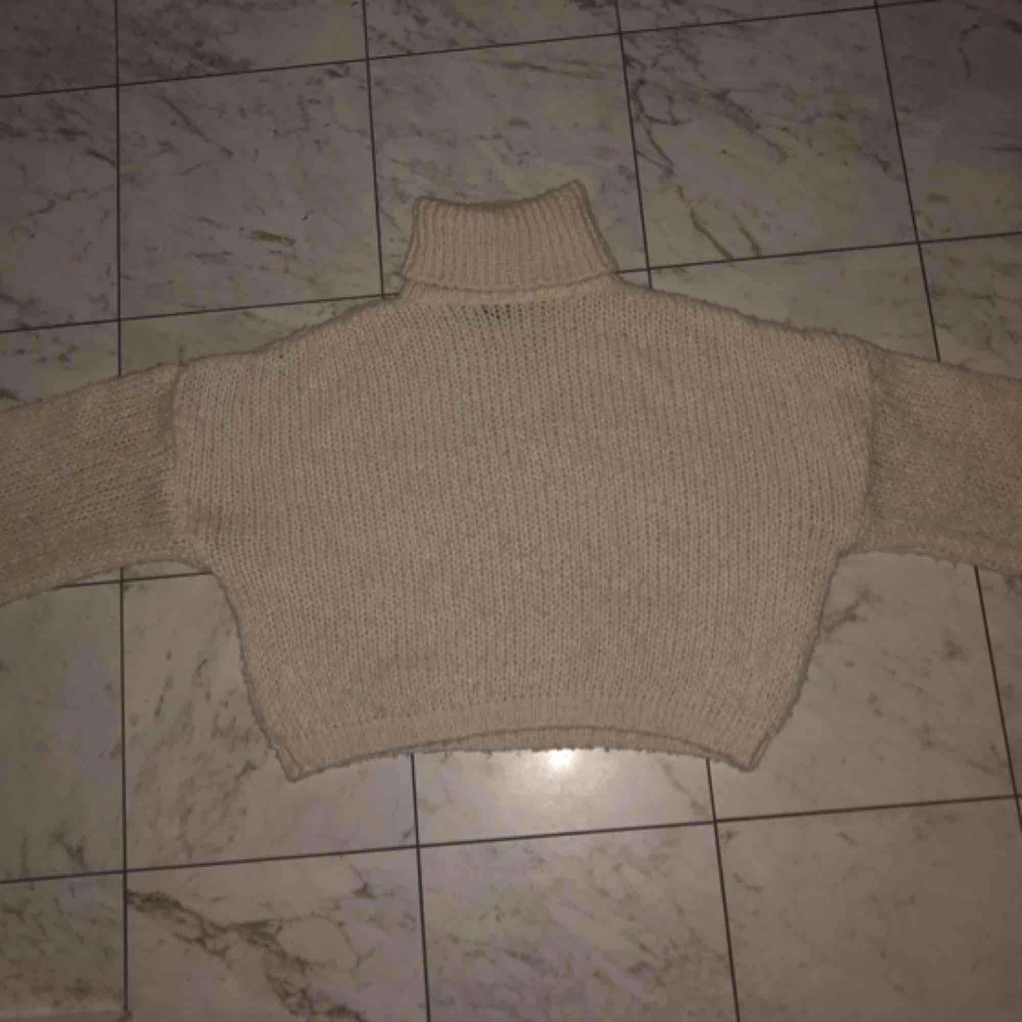 Stickad tröja från chiquelle lite kort i modellen o så fin till vintern, köpt för 500kr. Har knappt använt den så tänkte att den gör mer nytta någon annan stans💖. Stickat.